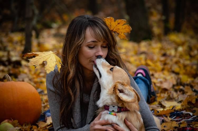 Una mujer le da un beso a su perro