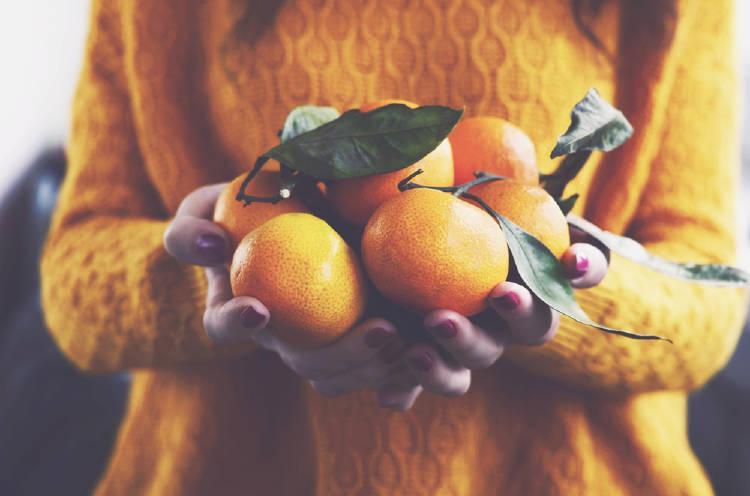 naranjas en la mano
