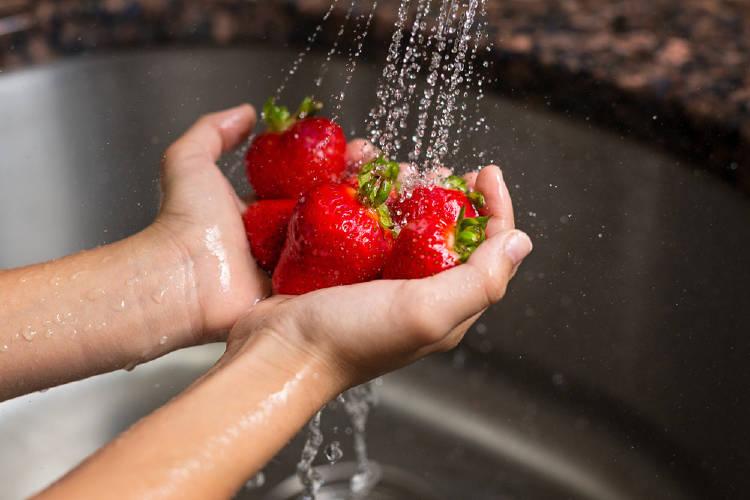 Lavar fresas con el agua del grifo