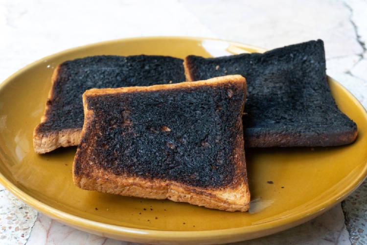 Tres rebanadas de pan quemado sobre un plato