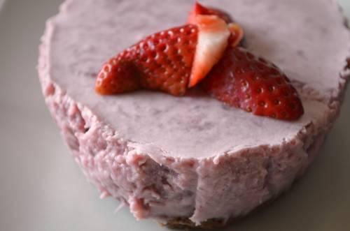 Cheesecake saludable de gelatina y frutillas ¡sin harinas ni cocción!