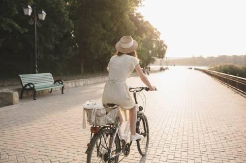 mujer-joven-contra-fondo-naturaleza-bicicleta_158595-640