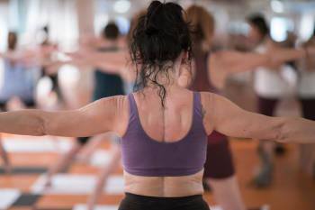 mujer de espalda practica bikram yoga