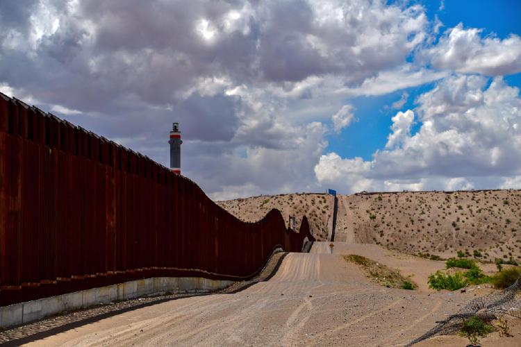 Biden ordena paralizar la construcción del muro con México