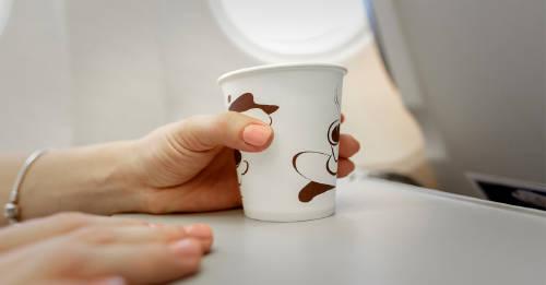Estas son las bebidas que nunca deberías pedir en un avión cuando viajas