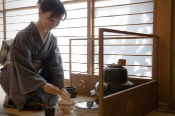 mujer prepara chanoyu ceremonia del te japonesa