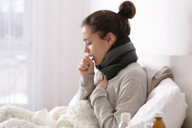 mujer enferma tos