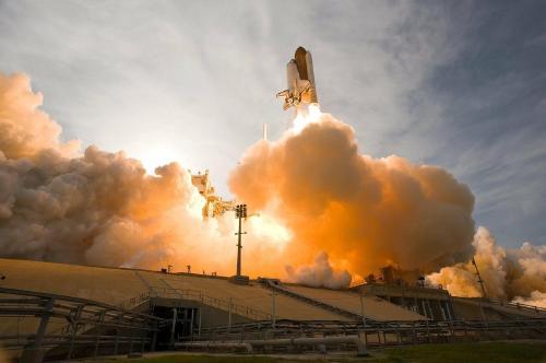 """Temor por lluvia de escombros por la caída de un cohete chino """"incontrolado"""" a la Tierra"""