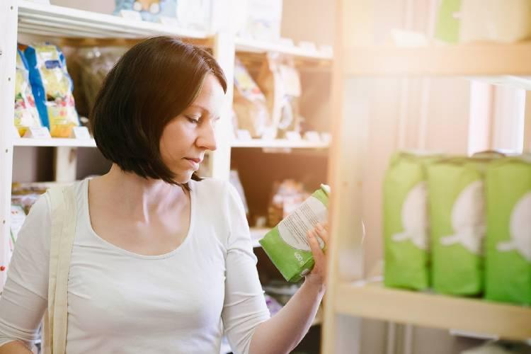 una mujer lee etiquetas