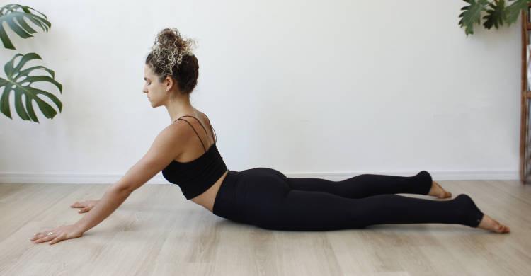 mujer practica postura de la cobra