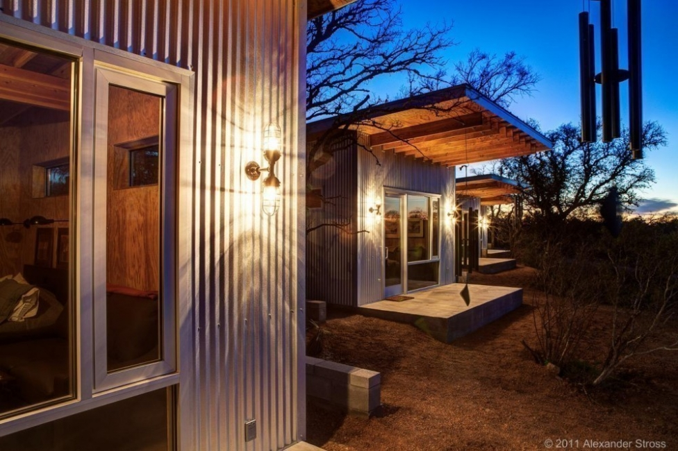 amigos construyeron un pequeño pueblo para vivir siempre juntos- iluminada