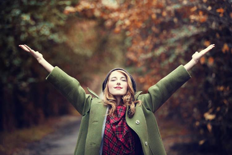 chica brazos abiertos respira naturaleza