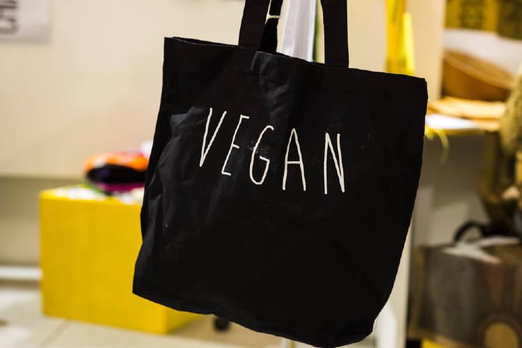 bolso vegano hecho con materiales libres de crueldad animal