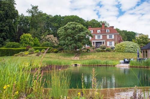 Podrías tener un lago natural en tu jardín con este método ecológico
