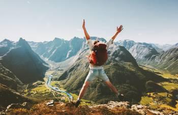 Un hombre salta en un paisaje de montaña
