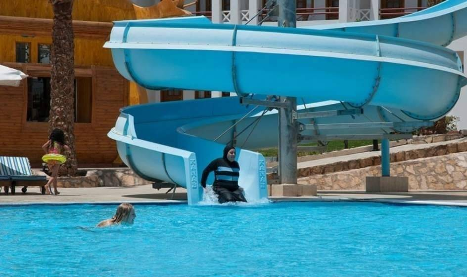 Polémica en Francia: piden a una mujer que pague la limpieza de la piscina po..