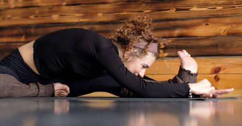 Janu Sirsasana: una sencilla postura de yoga para estirarte