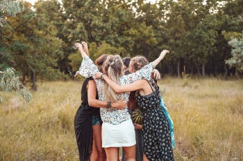 Abrazo grupal de mujeres