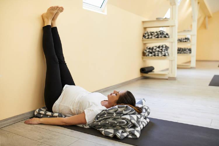 postura de yoga para piernas cansadas
