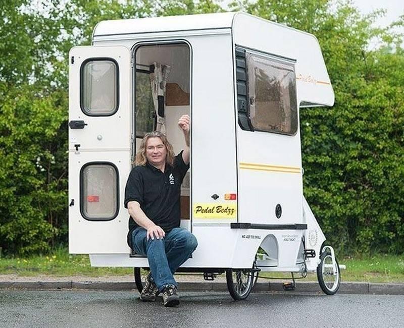 Este hombre construyó la casa rodante más pequeña del mundo para viajar ado..