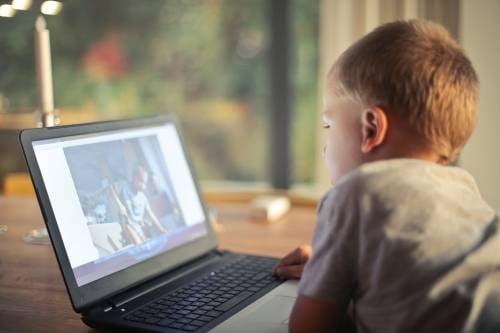 La OMS alerta sobre el uso de pantallas en los niños