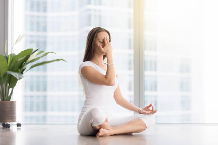 mujer practica pranayama