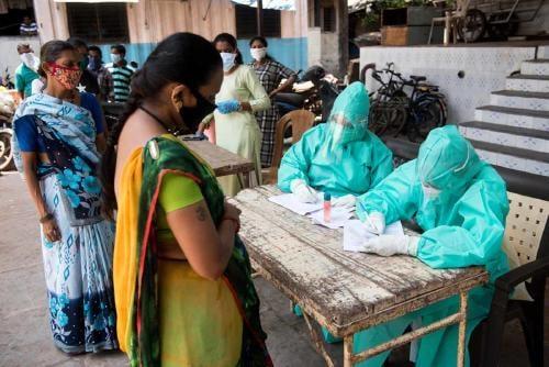 """COVID-19: esto es lo que se sabe acerca de la cepa """"doble mutante"""" de la India"""