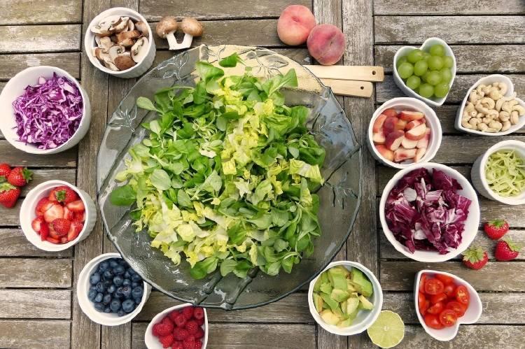 Frutas y verduras en recipientes sobre una mesa
