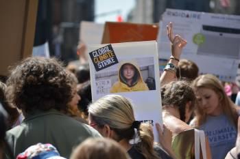 Una persona sostiene un cartel de Greta en una huelga por el clima