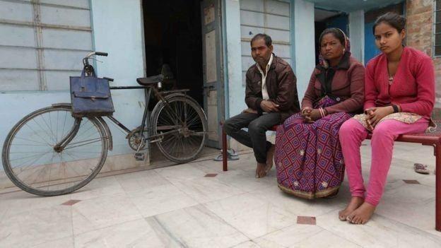 Monika es una niña india de 13 años a quien sus padres intentaron casar