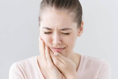 mujer se agarra la boca