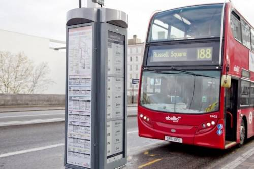 Londres comenzó a implementar la energía solar en las paradas de autobús