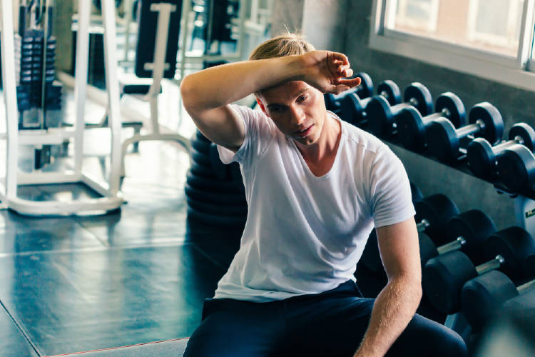 chico gimnasio fatiga muscular