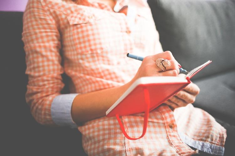 Mujer escribiendo en un cuaderno