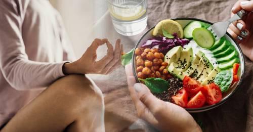Tómate un momento y haz esto antes de comer para que la comida te sane