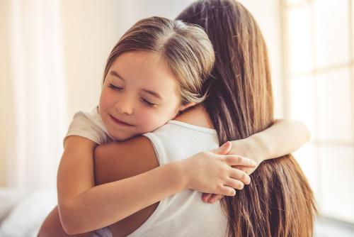 Por qué los niños necesitan recibir abrazos todos los días