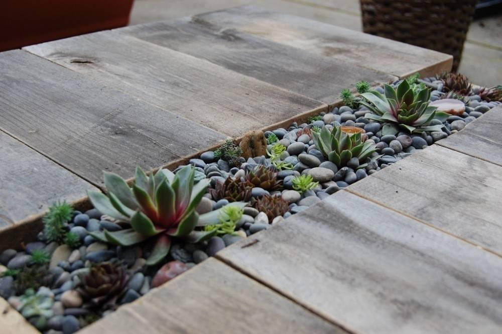 Instrucciones para hacer una mesa de pallets decorada con suculentas