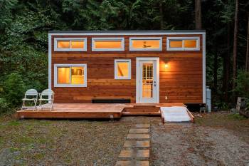 Cabaña de madera al atardecer