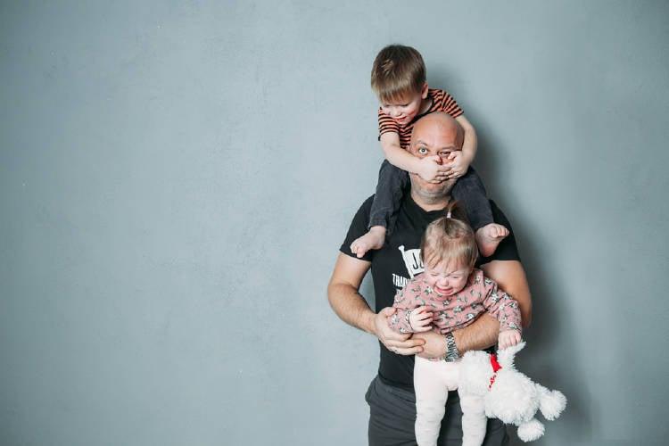 Padre cuida de sus hijos