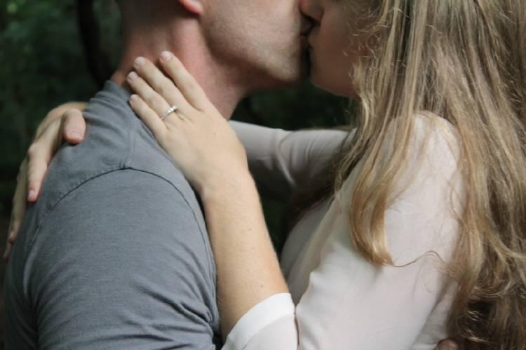 Una pareja dándose un beso
