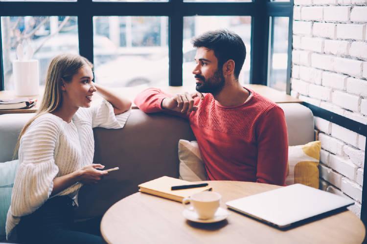 conversacion chico y chica caer bien