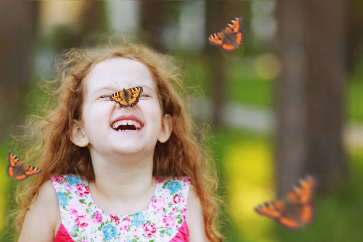 niña mariposas
