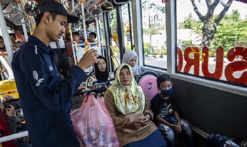 Una ciudad en Indonesia permite viajar gratis en autobús a cambio de botellas de