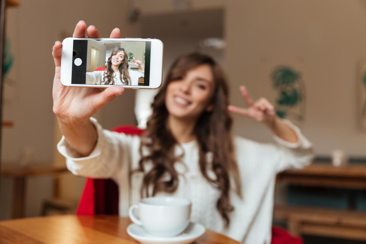 Prohíben los filtros de belleza a influencers en redes sociales