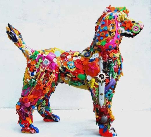 Escultura de animales con desechos plásticos