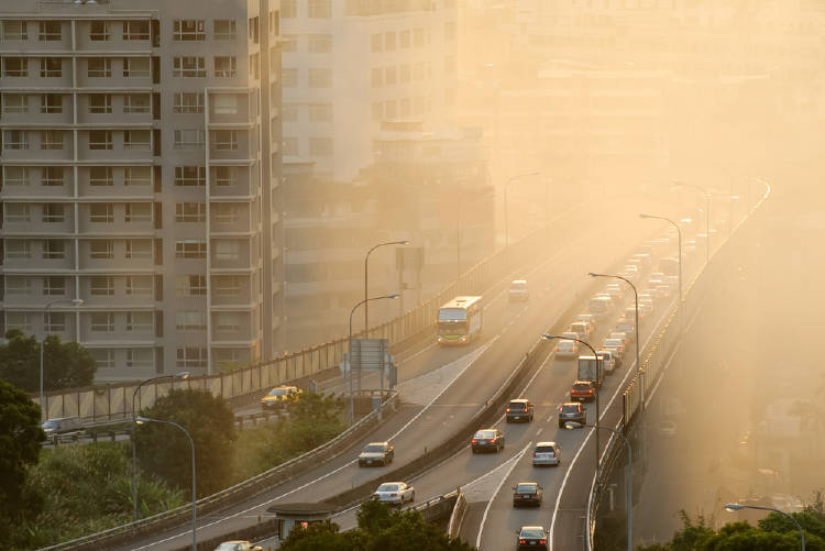 Autos contaminando una avenida principal