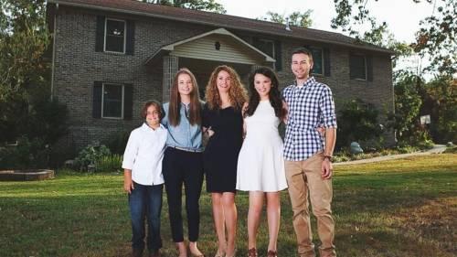 Esta madre construyó una casa para sus hijos usando tutoriales