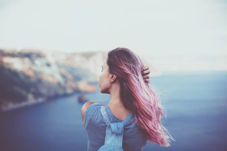 mujer mirando el mar