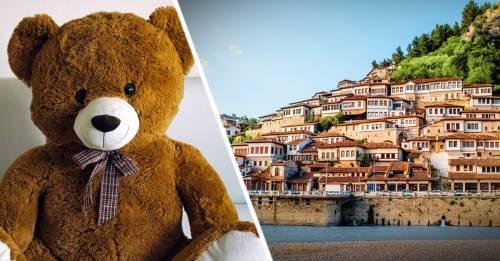 ¿Por qué en Albania la gente cuelga muñecos de peluche en la puerta de su c..