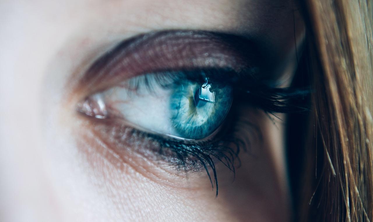 que significa cuando te tiembla el ojo derecho supersticiones